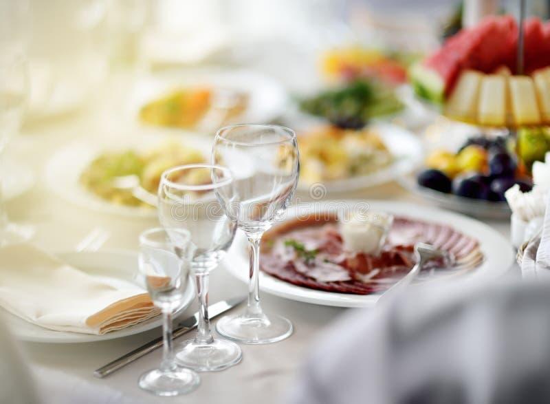 Sistema hermoso de la tabla con tres vidrios para un partido, una recepción nupcial o un evento festivo foto de archivo libre de regalías