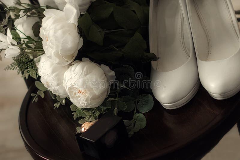 Sistema hermoso del ` s de las mujeres y de los accesorios de la boda del ` s del novio Ma?ana del ` s de la novia Ramo del ` s d fotos de archivo libres de regalías