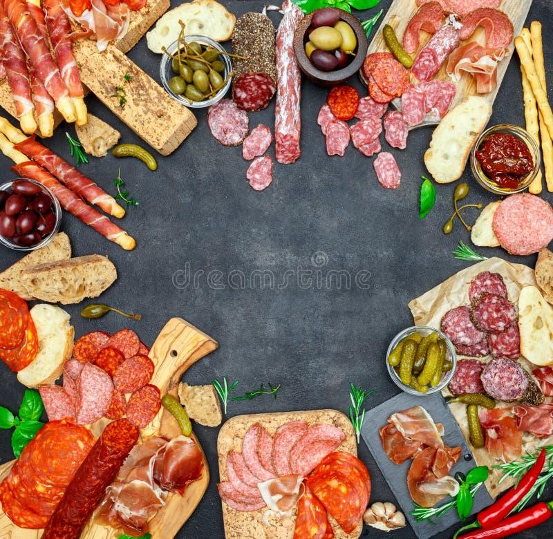 Sistema italiano del bocado del aperitivo de la carne Salami, prosciutto, pan, aceitunas, alcaparras foto de archivo libre de regalías