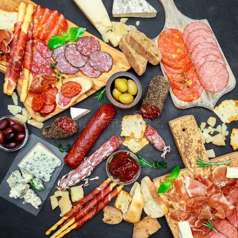 Sistema italiano del bocado del aperitivo de la carne Salami, prosciutto, pan, aceitunas, alcaparras fotos de archivo