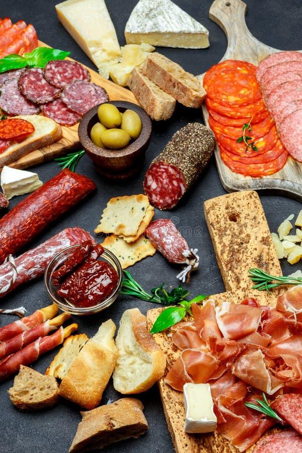 Sistema italiano del bocado del aperitivo de la carne Salami, prosciutto, pan, aceitunas, alcaparras imagen de archivo libre de regalías