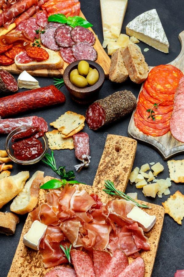 Sistema italiano del bocado del aperitivo de la carne Salami, prosciutto, pan, aceitunas, alcaparras imágenes de archivo libres de regalías