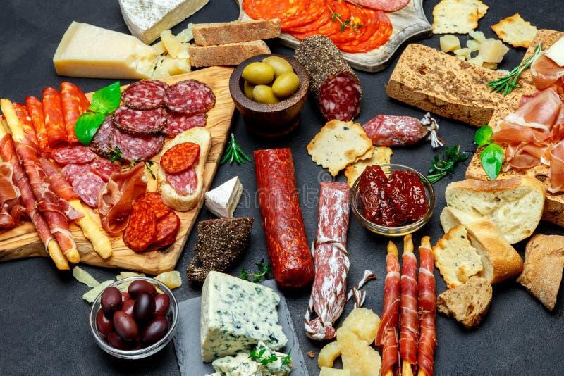 Sistema italiano del bocado del aperitivo de la carne Salami, prosciutto, pan, aceitunas, alcaparras foto de archivo