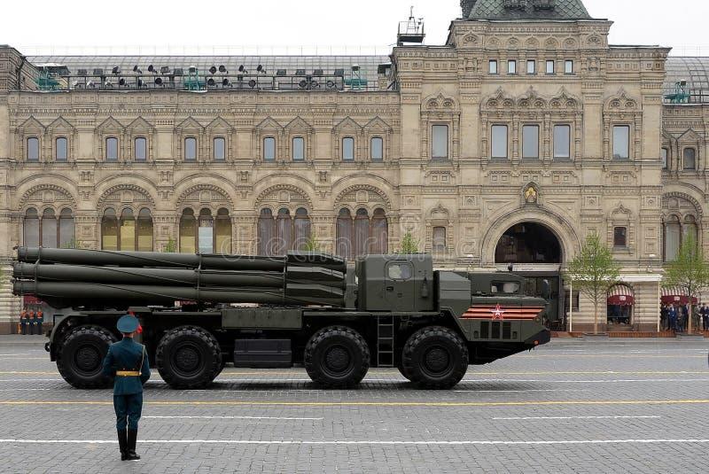 Sistema múltiplo 'Smerch 'do foguete do lançamento no quadrado vermelho durante a parada militar dedicada ao 74th aniversário da  imagens de stock royalty free