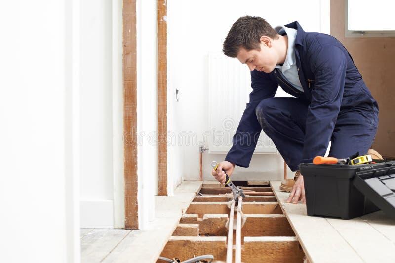 Sistema masculino de Fitting Central Heating do encanador fotografia de stock royalty free
