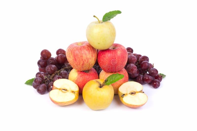 Sistema mezclado de la uva madura cruda fresca de la manzana de las frutas en blanco aislado foto de archivo