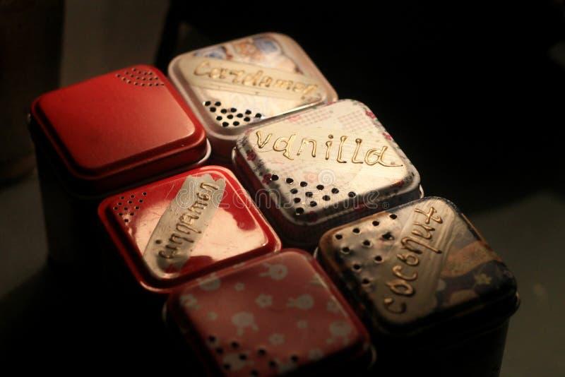 Sistema multicolor de cajas del metal con las especias para el hogar o el café foto de archivo