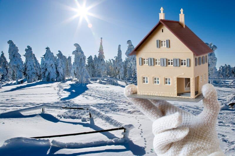 Sistema per le case - paesaggio dell'isolamento termico di inverno con fam fotografie stock