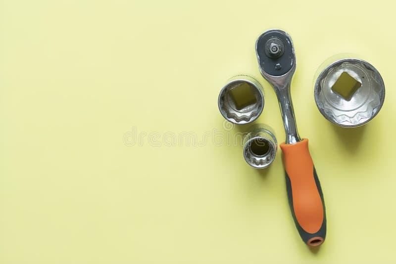 Sistema puesto plano de llaves en la superficie f del color imagen de archivo
