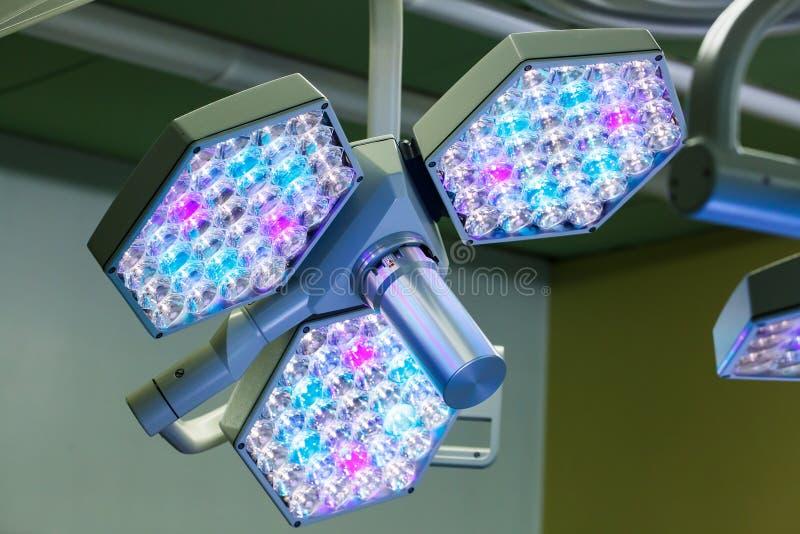 Sistema quirúrgico de las luces del LED en sala de operaciones fotografía de archivo