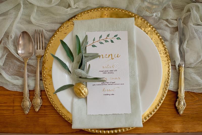Sistema rústico de la tabla que se casa Mesa de comedor del vintage con las decoraciones, flores Estilo de Boho Tabla fijada para foto de archivo