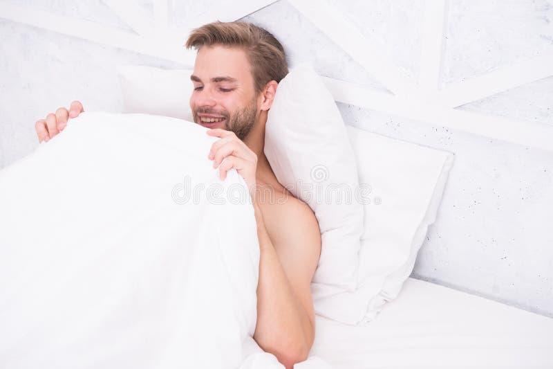Sistema reproductivo masculino concepto de erección matutina dormido y despierto Relajación en la habitación energía y cansancio  imágenes de archivo libres de regalías