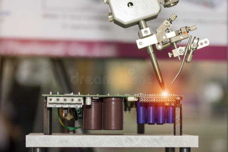 Sistema robótico para el punto automático que suelda para el PWB eléctrico impresa y de la asamblea de la placa de circuito en la fotografía de archivo libre de regalías