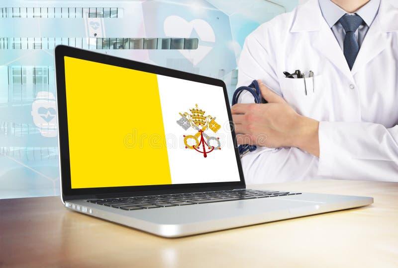 Sistema sanitario di Città del Vaticano nel tema di tecnologia Bandiera sullo schermo di computer Medico che sta con lo stetoscop fotografia stock libera da diritti