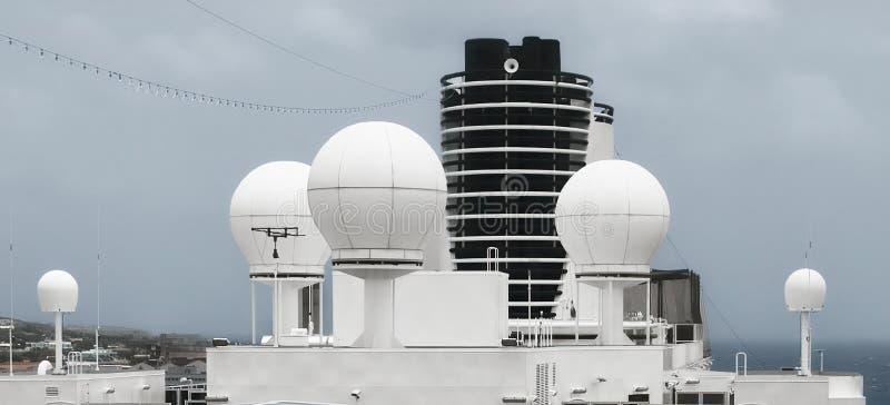 Sistema satellite sopra una nave fotografia stock