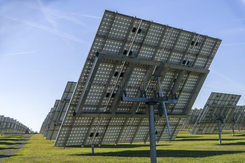 Sistema solare, centrale elettrica solare di panoramica con gli elementi monitorabili fotografia stock