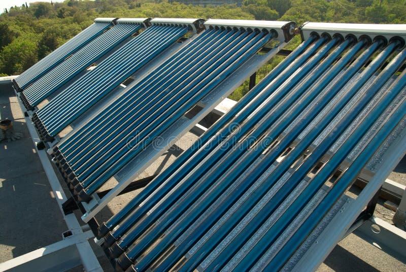 Sistema solare del riscaldamento dell'acqua di vuoto fotografia stock
