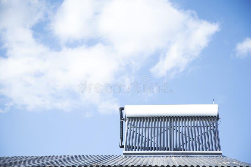 Sistema solare del riscaldamento dell'acqua immagine stock libera da diritti