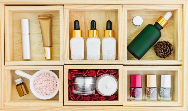 Sistema y suero poner crema, maqueta de la botella de la marca de producto de belleza Opini?n superior sobre el fondo de madera imagenes de archivo