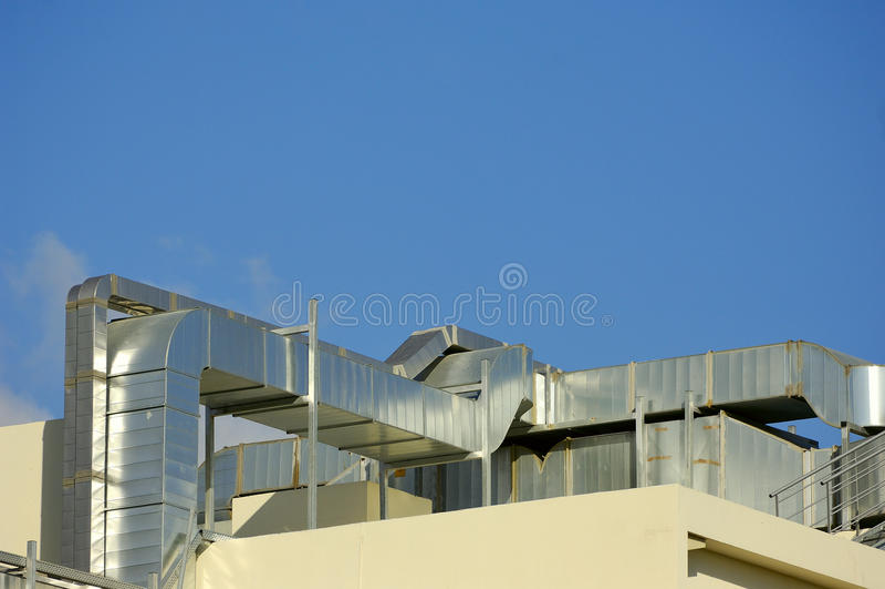 Sistemas de condicionamento de ar em um telhado foto de stock