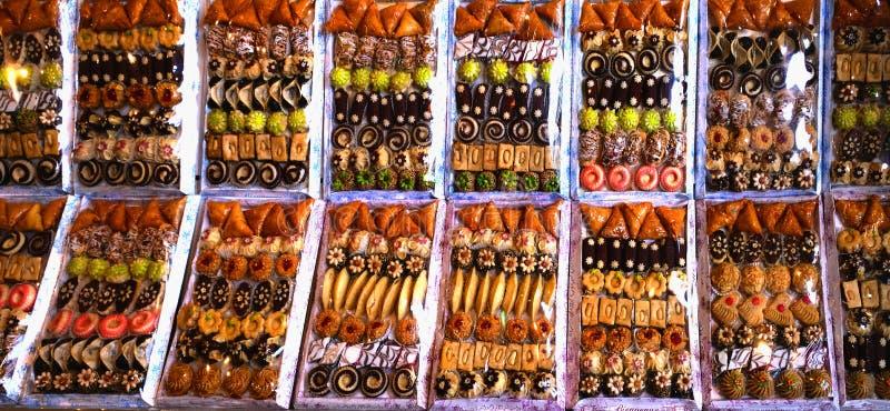 Sistemas de dulces orientales, compuestos de una variedad de tortas y de otros pasteles fotografía de archivo