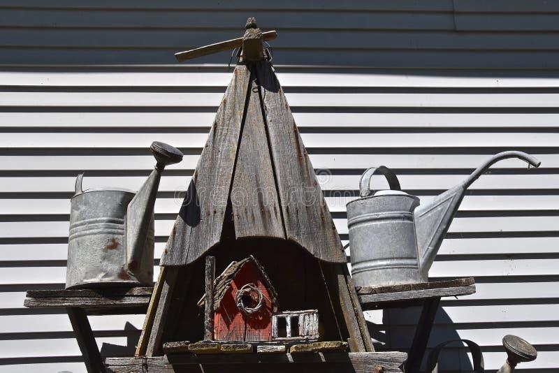 Sistemas de extinção de incêndios vermelhos resistidos velhos do aviário e da água do celeiro fotos de stock