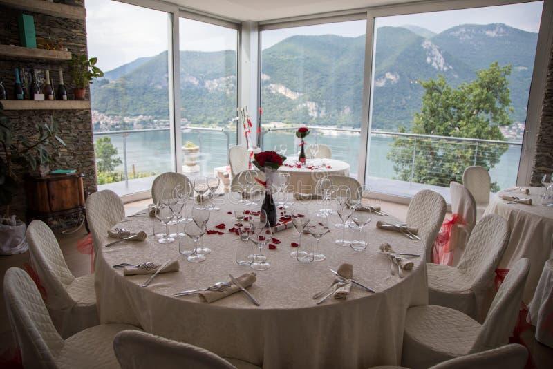 Sistemas de la tabla de la boda en pasillo de la boda el casarse adorna la preparación sistema de la tabla y otra cena abastecida fotografía de archivo libre de regalías