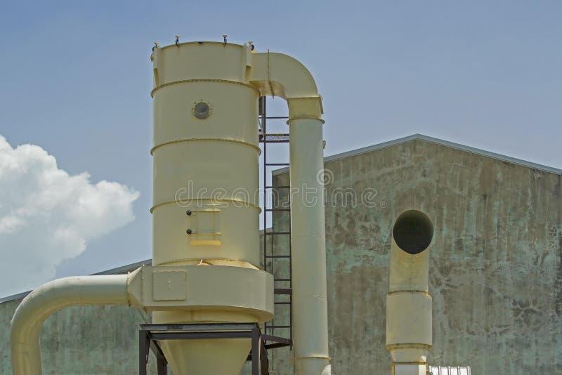 Sistemas de ventilação exteriores e fábrica velha imagens de stock royalty free