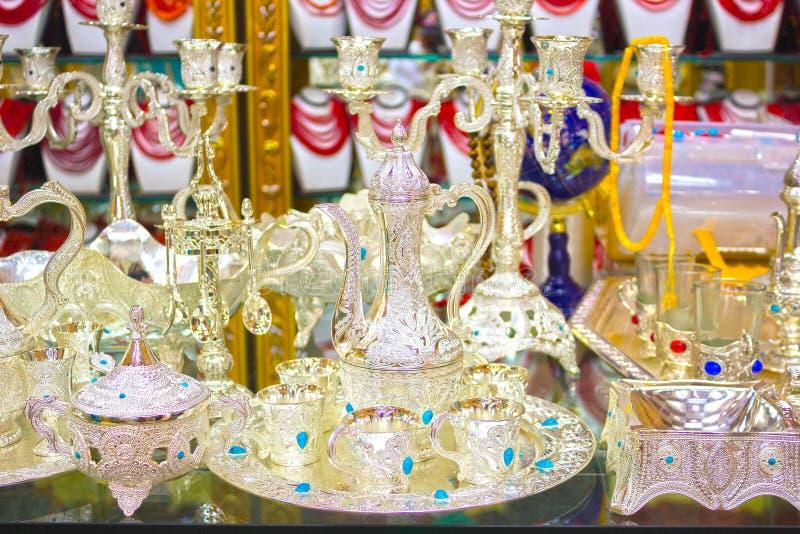 Sistemas hechos a mano tradicionales del té y de café o teteras para la venta en el bazar egipcio imagen de archivo libre de regalías