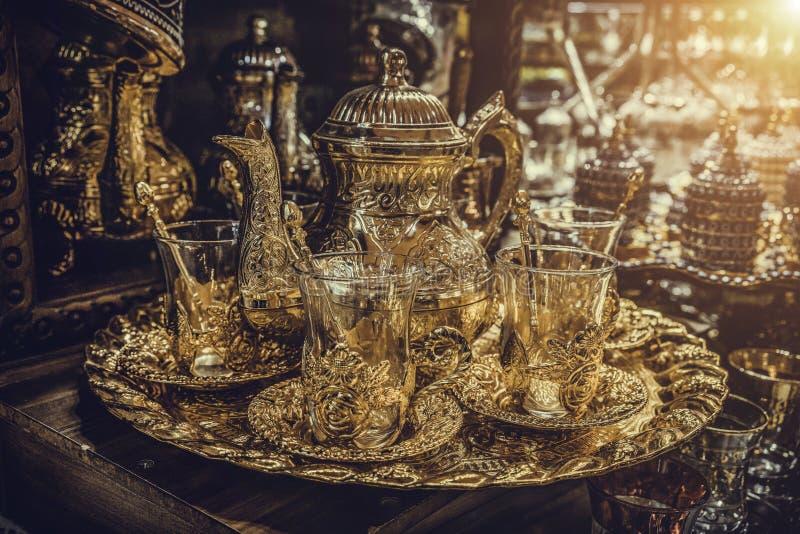Sistemas hechos a mano tradicionales del té y de café o teteras para la venta en el bazar magnífico en Estambul, Turquía fotografía de archivo libre de regalías