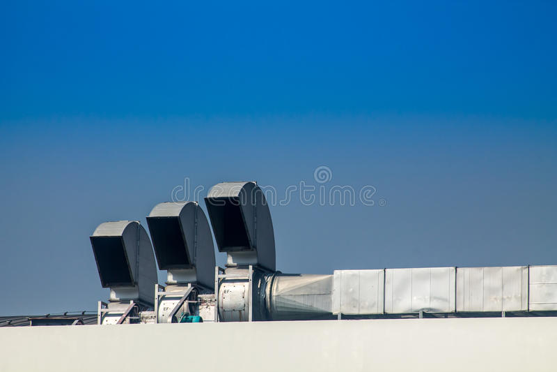 Sistemas industriales del aire acondicionado y de ventilación en un tejado foto de archivo