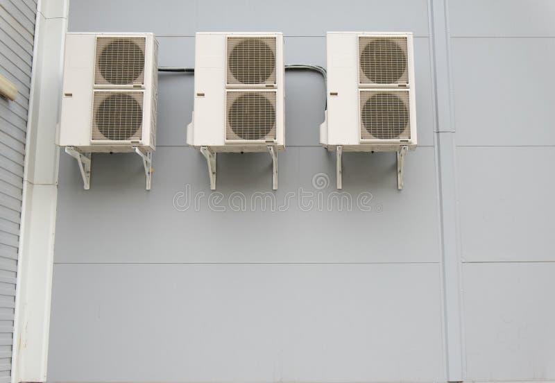 Sistemas partidos en una pared del edificio moderno imagen de archivo