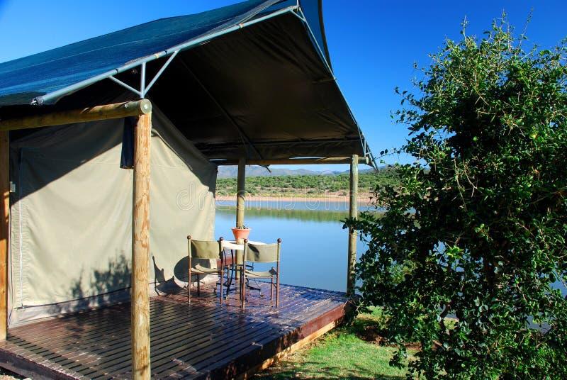 Sistemazione Tented in Africa. Vicino a Oudtshoorn, la Provincia del Capo Occidentale, Sudafrica fotografia stock libera da diritti