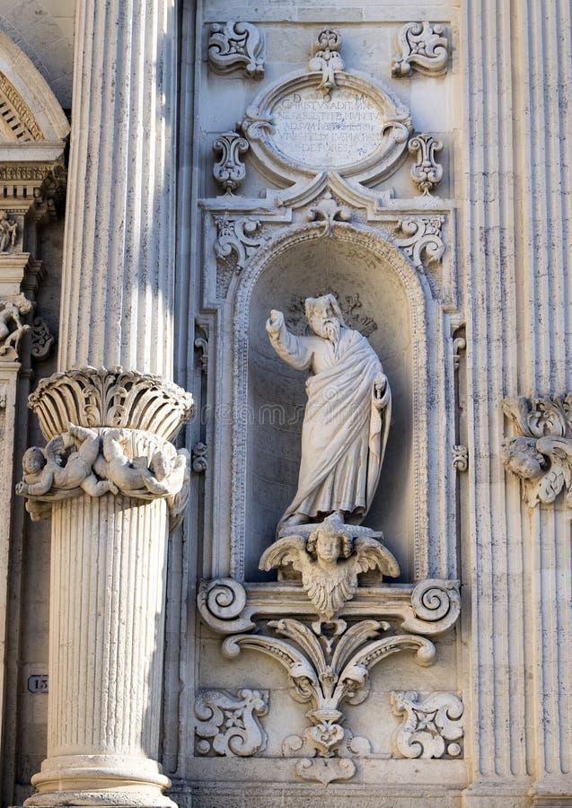 Sistemi contenere la statua del san Fortunato a sinistra dell'entrata alla cattedrale del duomo, Lecce, Italia fotografia stock libera da diritti