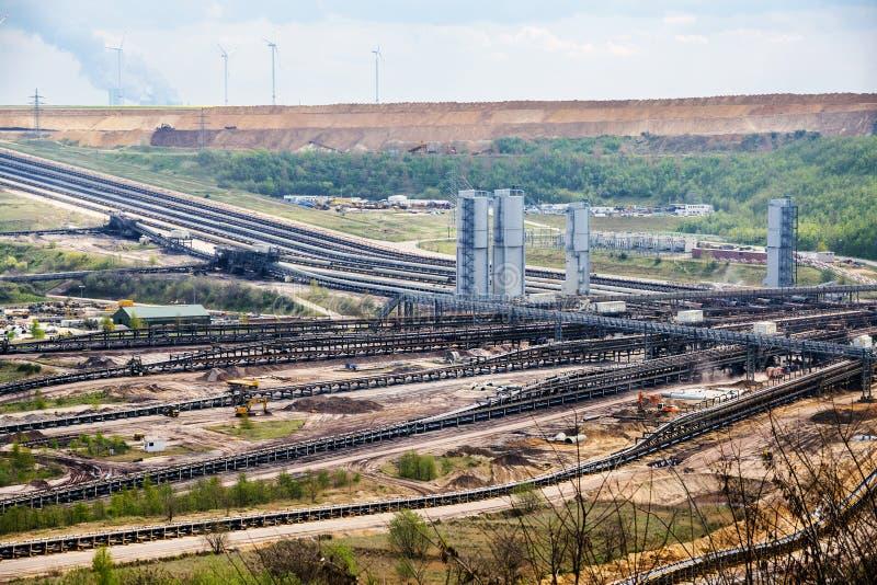 Sistemi del nastro trasportatore all'estrazione diretta della lignite (lignite) G immagine stock libera da diritti