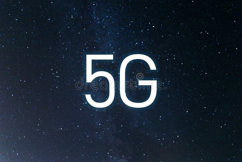 Sistemi senza fili della rete dell'icona 5G e Internet delle cose Estratto globale con la rete di comunicazione senza fili fotografia stock libera da diritti