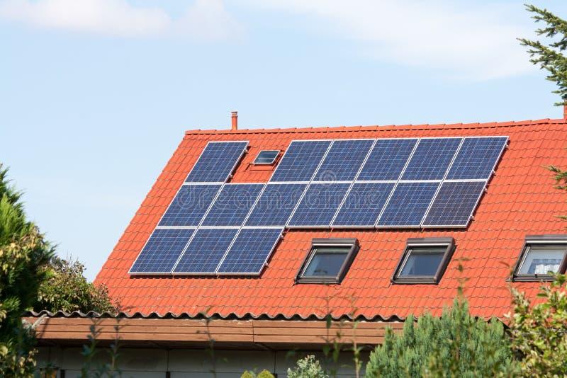 Sistemi solari su un tetto immagine stock libera da diritti