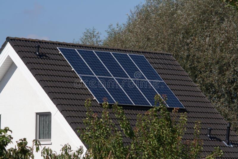 Sistemi solari su un tetto fotografia stock libera da diritti