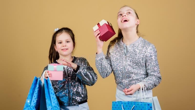 sisterhood r Verkoop en Kortingen jong geitjemanier winkelmedewerker met pakket Kleine meisjes met het winkelen royalty-vrije stock afbeeldingen