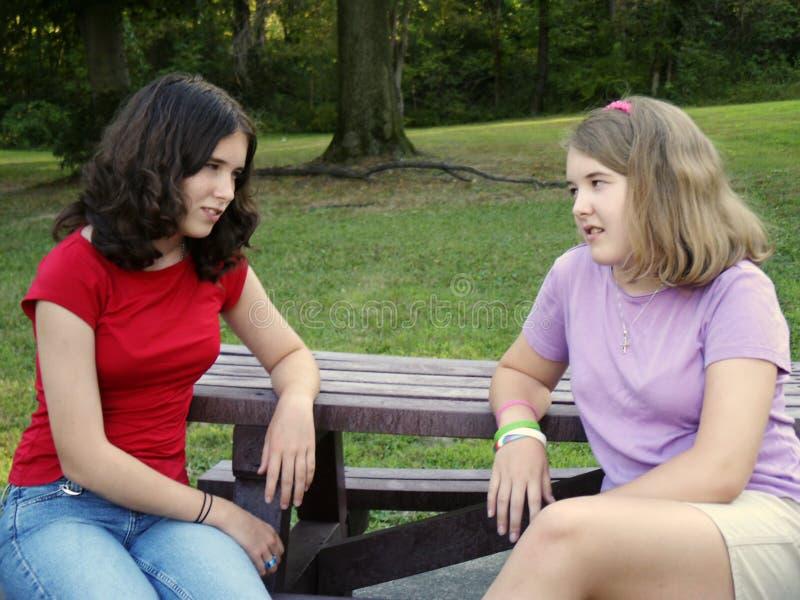 sisterly diskussion arkivfoto
