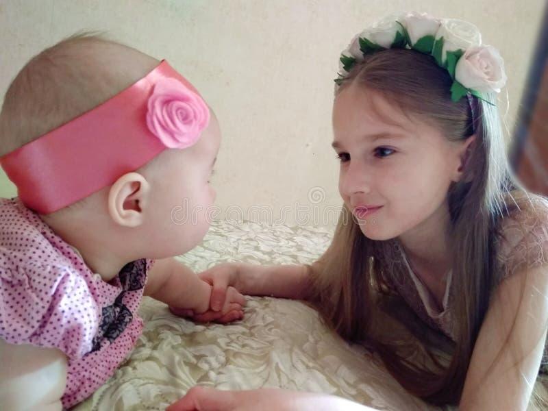 sisterly förälskelse royaltyfri bild