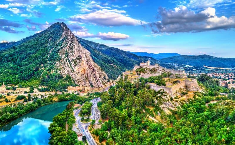 Sisteron鸟瞰图与它的城堡和波美的岩石的 法国普罗旺斯 免版税库存图片