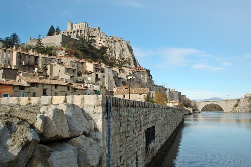 Sisteron en de brug over rivierDurance stock foto