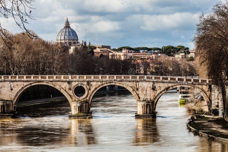 Sisto Bridge en de koepel van Heilige Peter Roman Forum van Th royalty-vrije stock foto's