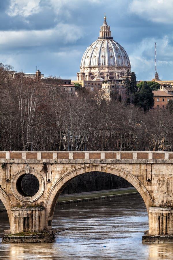 Sisto Bridge och kupolen av St Peter italy rome arkivbilder