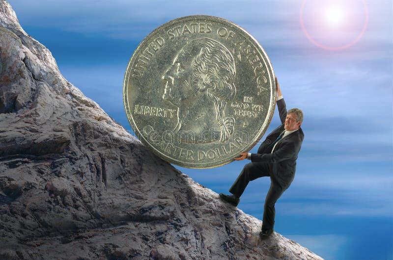 Sisyphus finansiell begreppsman som rullar det enorma myntet upp kullen arkivbilder