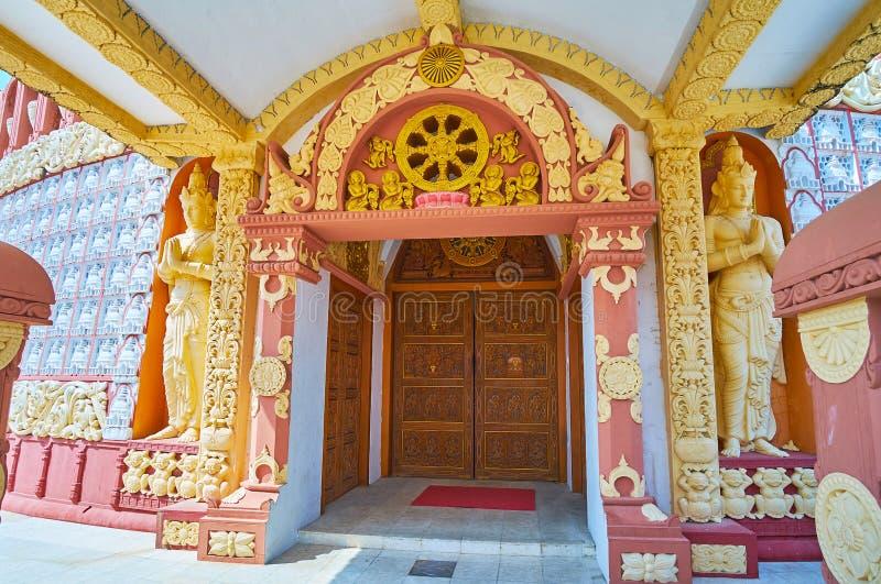 Sitagu国际佛教学院塔的华丽门廊  免版税库存照片