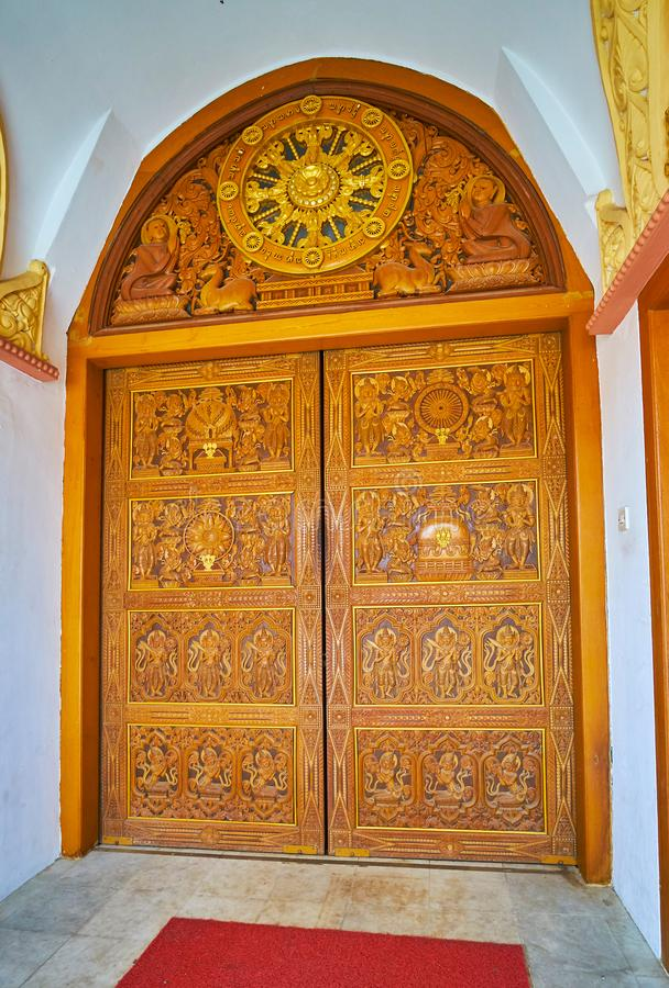 Sitagu国际佛教学院寺庙的被雕刻的木门  库存照片