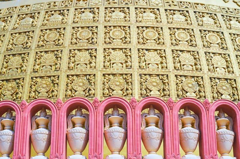 Sitagu国际佛教学院stupa墙壁的装饰与花瓶的在赤土陶器适当位置和镀金面华丽pannels,Sa 免版税库存照片