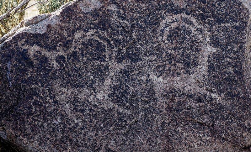 Site antique avec les pétroglyphes historiques au Kirghizistan images libres de droits